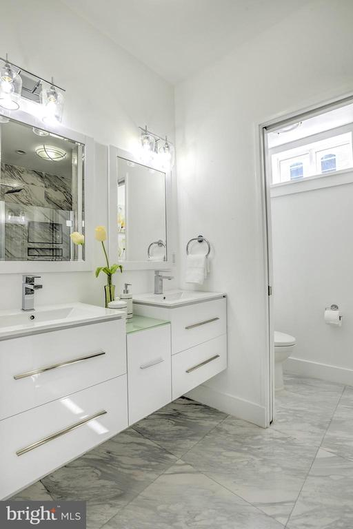 Another luxurious bathroom w/ stylish vanity space - 145 TODD PL NE, WASHINGTON