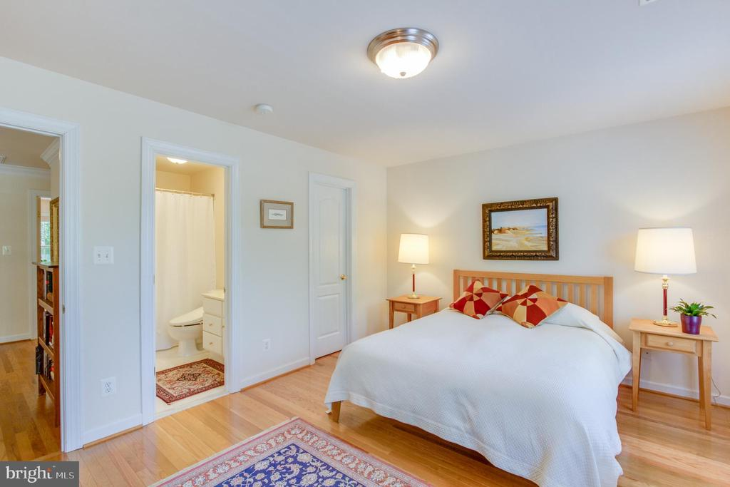 Complete with private bath and walk-in closet. - 2742 N LEXINGTON ST, ARLINGTON