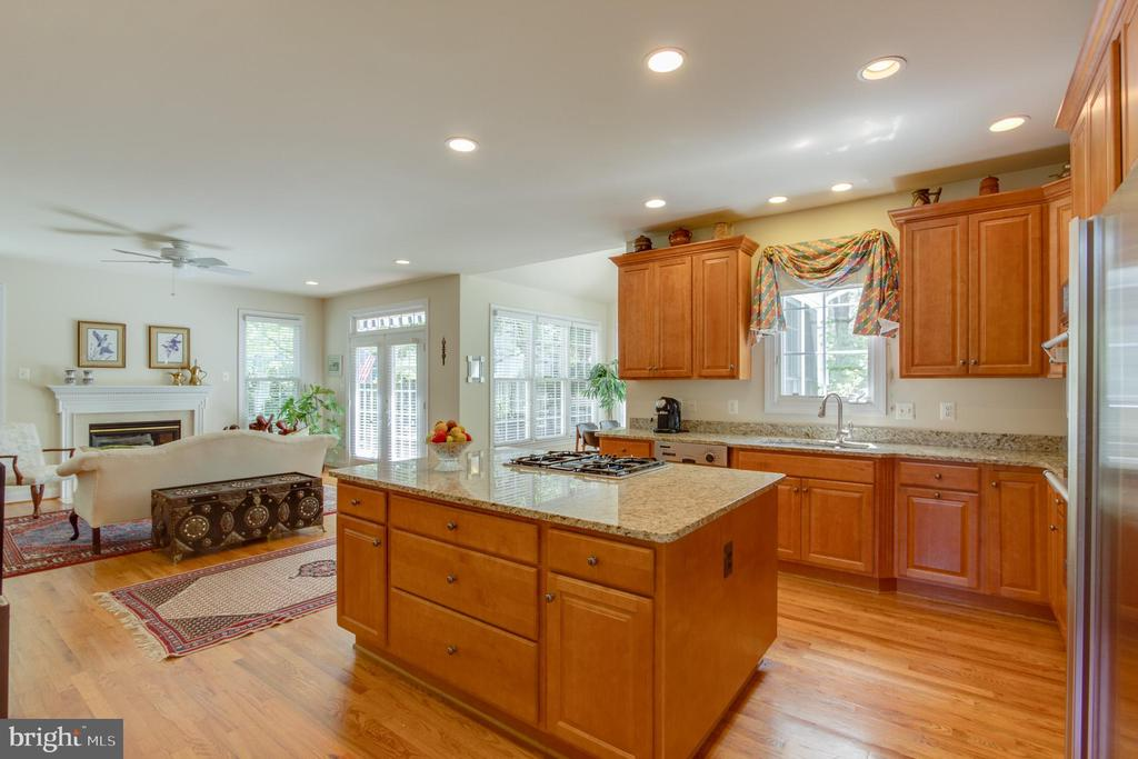 Kitchen opens to both family and breakfast rooms. - 2742 N LEXINGTON ST, ARLINGTON