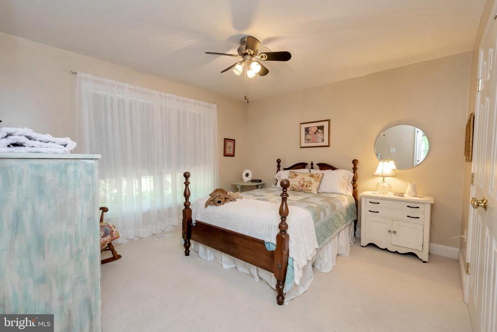 Main level bedroom for family or guests - 119 MONTICELLO CIR, LOCUST GROVE