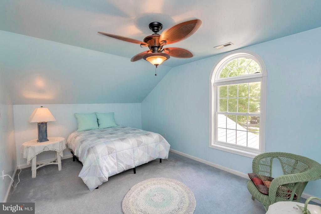 Upper level bedroom with vaulted ceilings - 119 MONTICELLO CIR, LOCUST GROVE