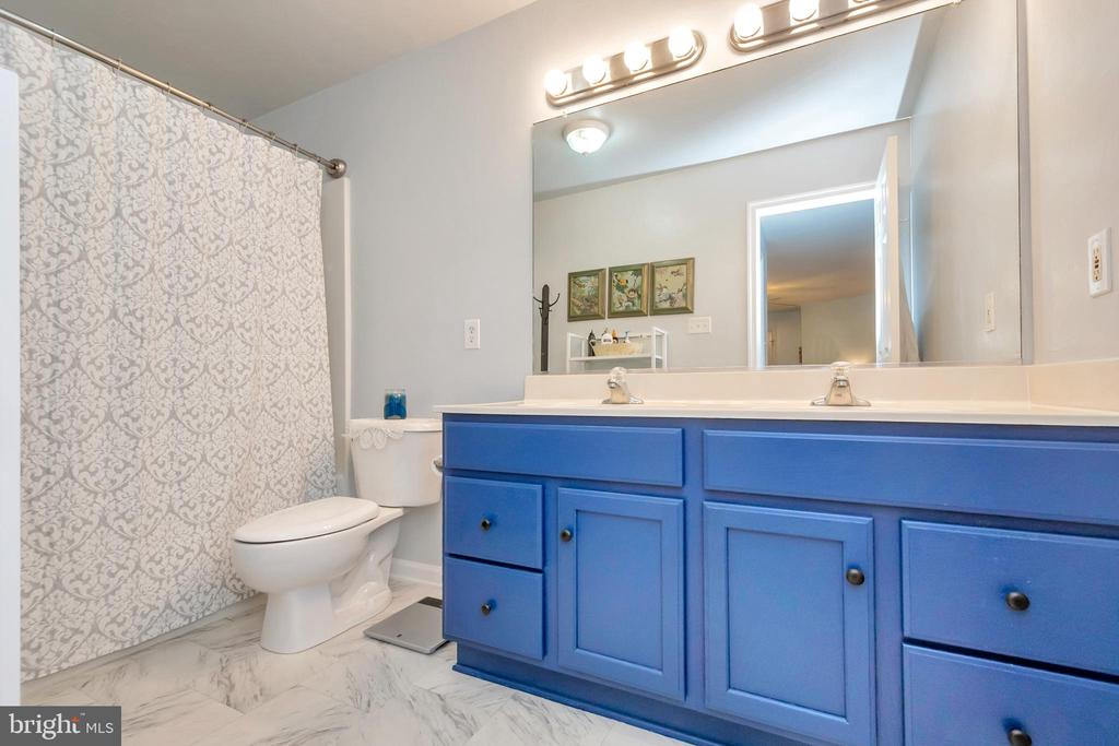 Charming master bathroom - 119 MONTICELLO CIR, LOCUST GROVE