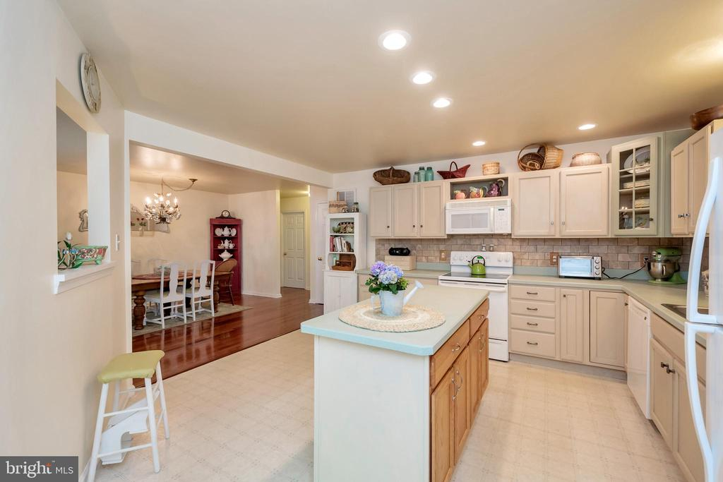 Great for entertaining - 119 MONTICELLO CIR, LOCUST GROVE