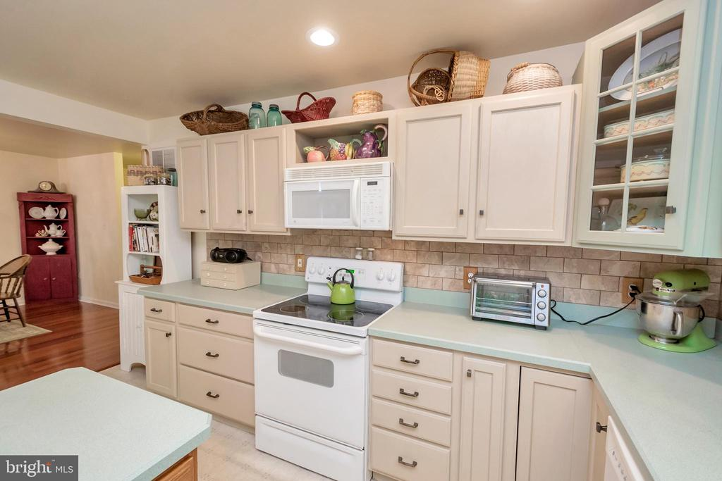Well appointed kitchen - 119 MONTICELLO CIR, LOCUST GROVE