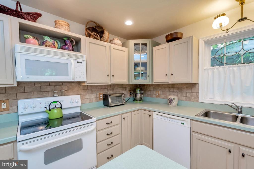 Lots of counter space for meal prep - 119 MONTICELLO CIR, LOCUST GROVE