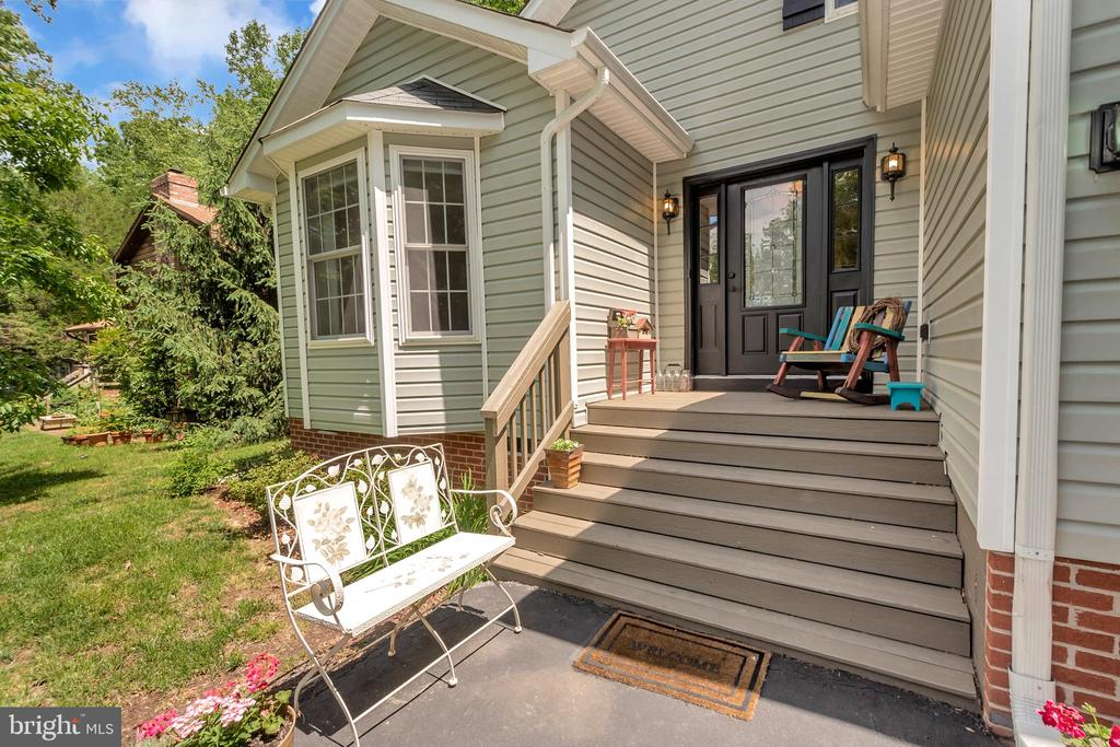 Quaint front porch welcomes you - 119 MONTICELLO CIR, LOCUST GROVE