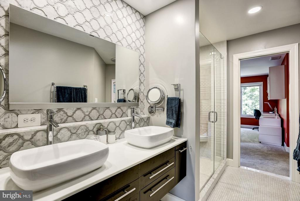 Recently remodeled Jack 'n Jill Bathroom - 11096 WHITSTONE PL, RESTON