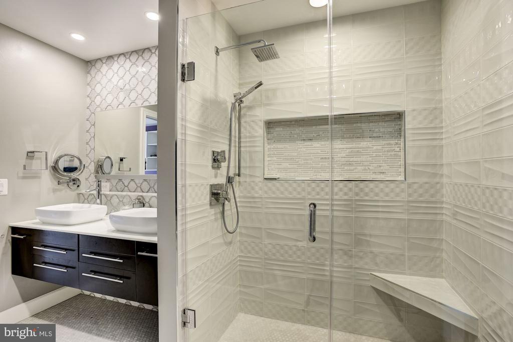 Glass Shower in Jack 'n Jill Bath - 11096 WHITSTONE PL, RESTON