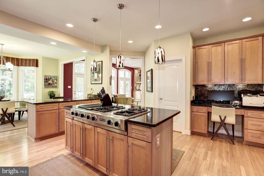 Islandl  Cooking w/ Jenn -Air Gas Range - 11096 WHITSTONE PL, RESTON
