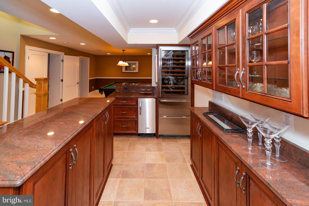 Lower level wet bar with wine cooler and ice maker - 3606 N VERNON ST, ARLINGTON