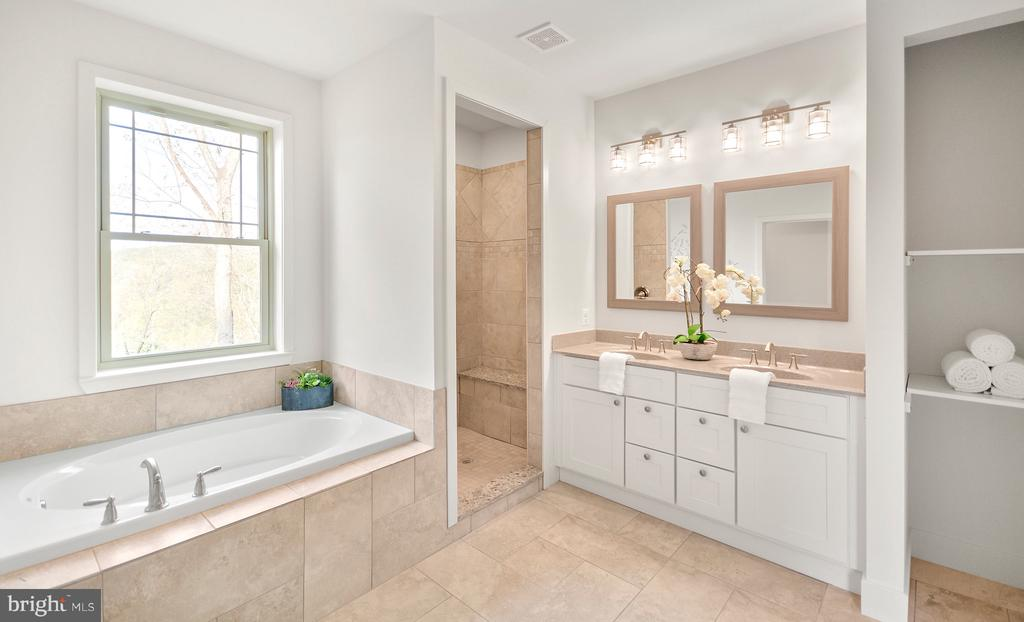 Gorgeous master bath. - 6442 LAKERIDGE DR, NEW MARKET