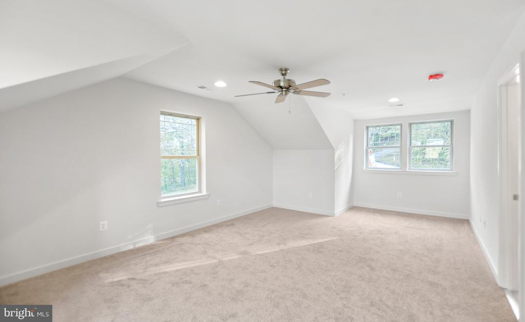 Upper level bedroom and attached bath! - 6442 LAKERIDGE DR, NEW MARKET