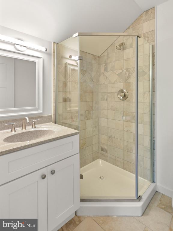 Upper level bath attached to a bedroom - 6442 LAKERIDGE DR, NEW MARKET