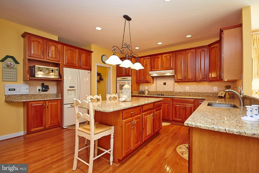 Granite countertops & upgraded cherry cabinets - 32315 DEEP MEADOW LN, LOCUST GROVE