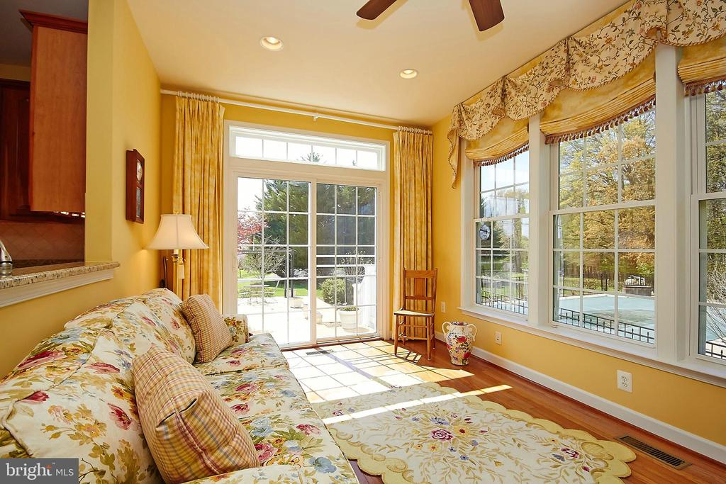 Florida room overlooks large tree-lined back yard - 32315 DEEP MEADOW LN, LOCUST GROVE