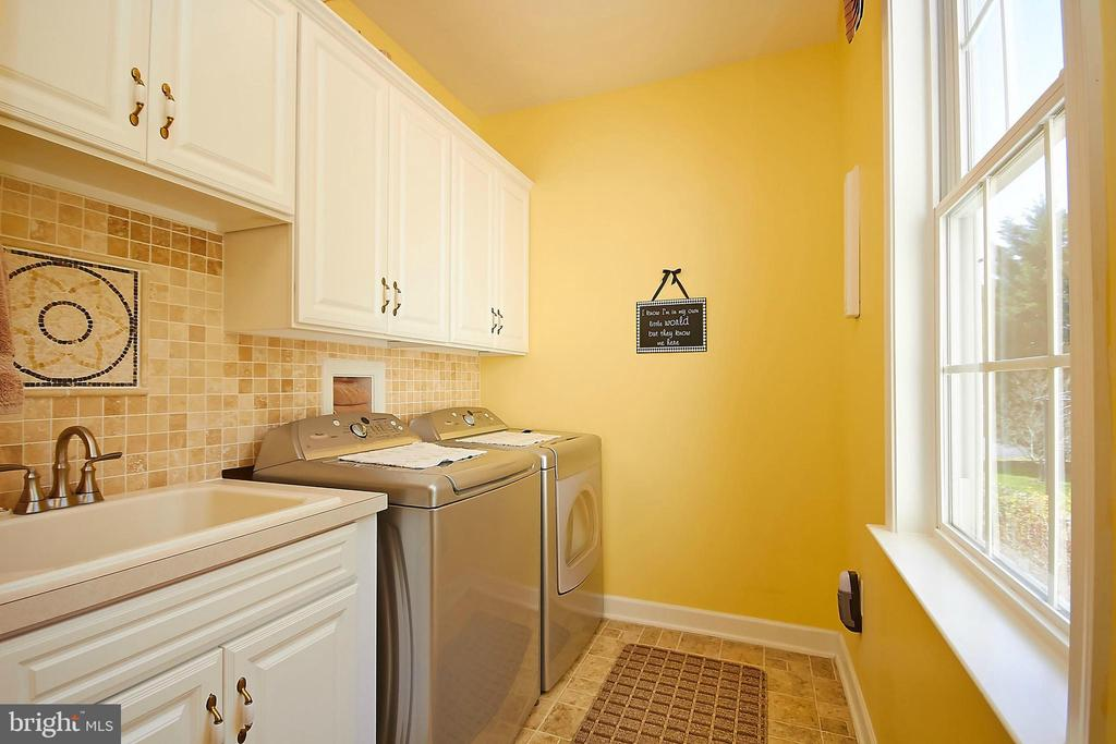 Main level laundry room w/tile backsplash - 32315 DEEP MEADOW LN, LOCUST GROVE