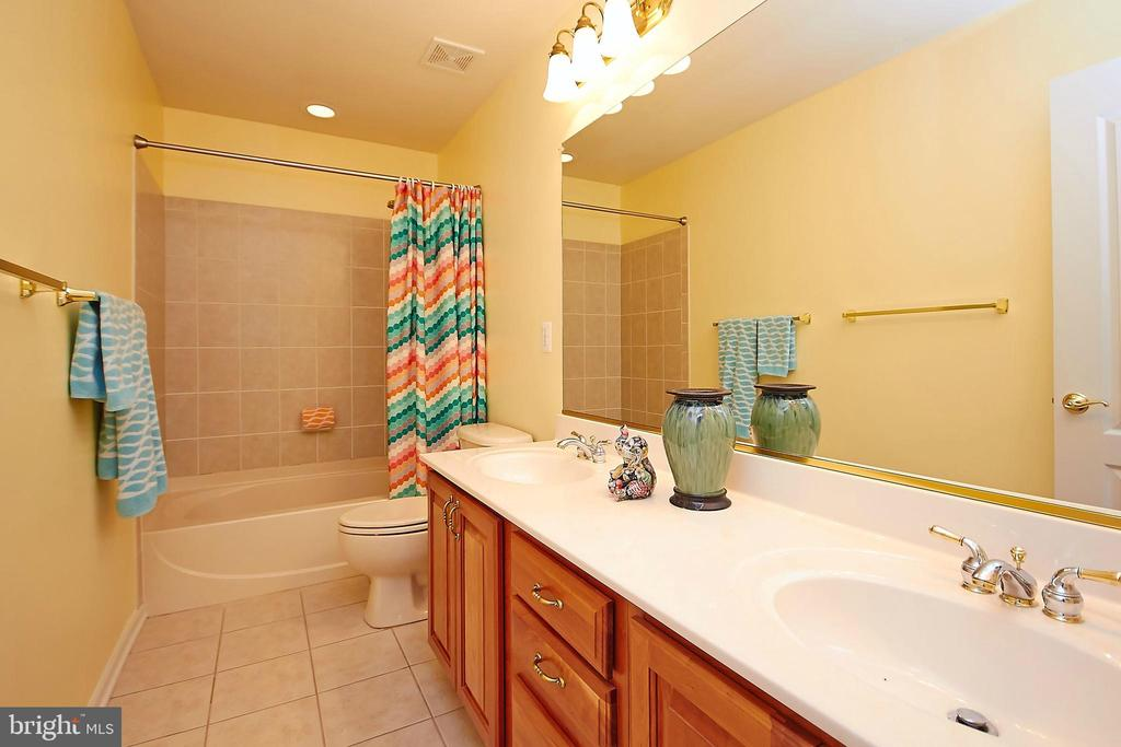 Upper level main bath - 32315 DEEP MEADOW LN, LOCUST GROVE