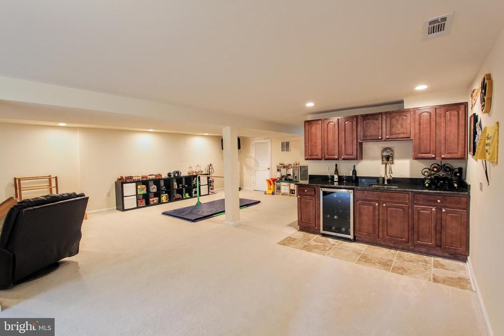 Wet bar with room for table - 100 JAMES DR SW, VIENNA