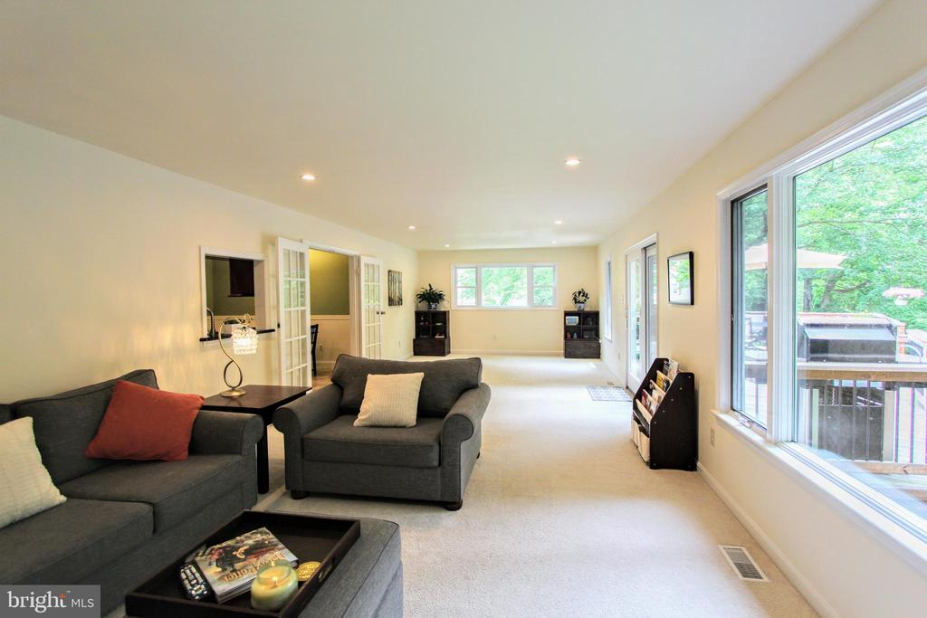 Spacious with plenty of natural light - 100 JAMES DR SW, VIENNA
