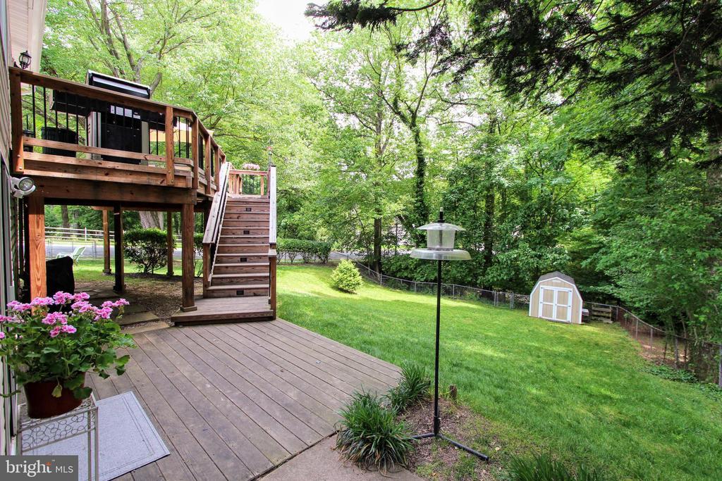 Stunning, fully fenced backyard - 100 JAMES DR SW, VIENNA