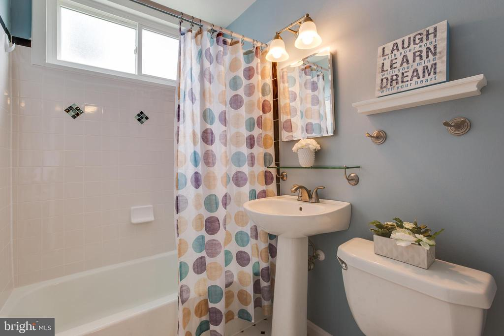 Full bath on main level - 4007 SPRUELL DR, KENSINGTON