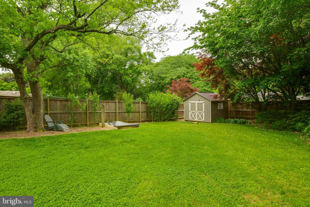Plenty of room in backyard to spread out and relax - 4007 SPRUELL DR, KENSINGTON