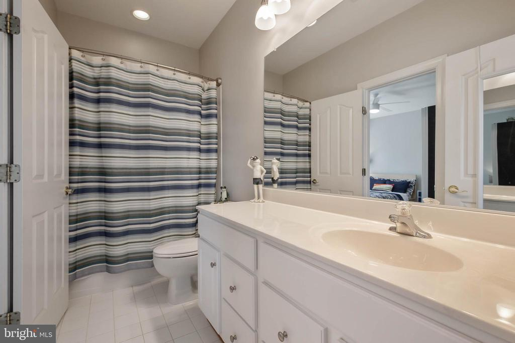 Full Bathroom for Bedrooms 2 and 3 - 19448 MILL DAM PL, LEESBURG