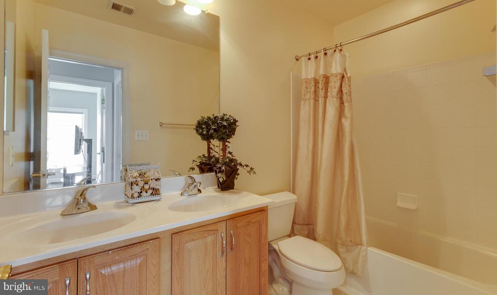 Upper level hall full bath - 18605 KERILL RD, TRIANGLE