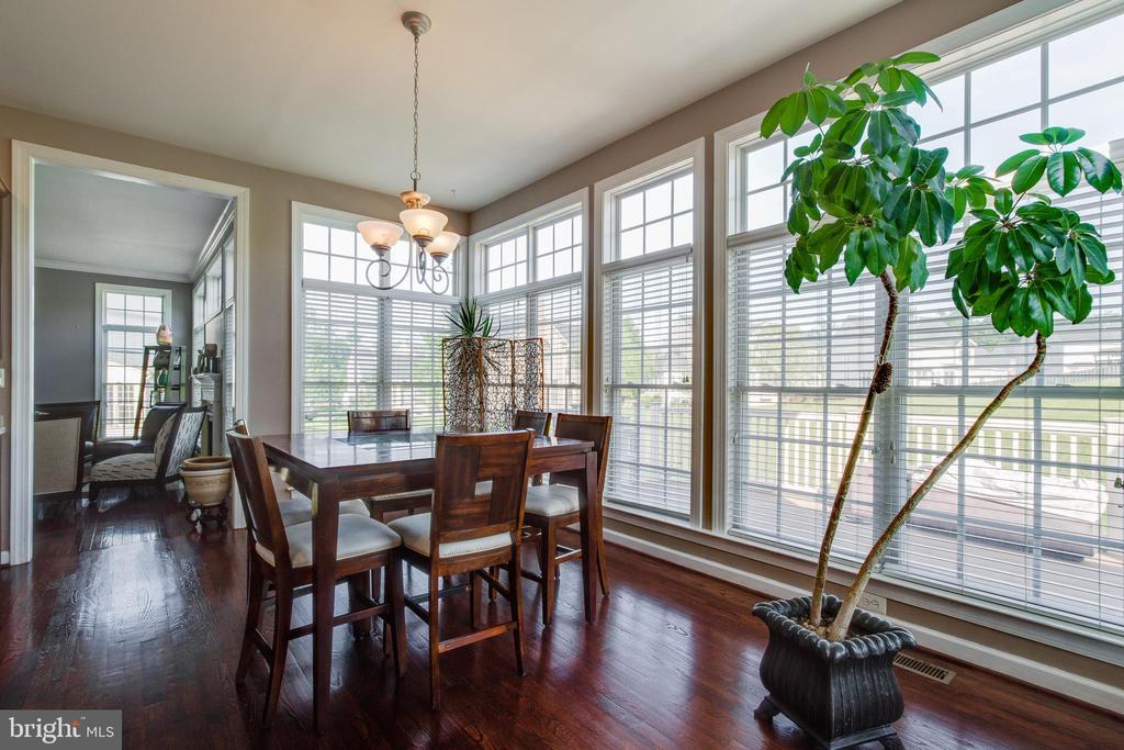 Beautiful and bright breakfast room - 18605 KERILL RD, TRIANGLE
