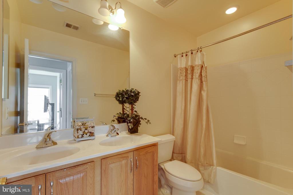 Upper level full hall bath - 18605 KERILL RD, TRIANGLE