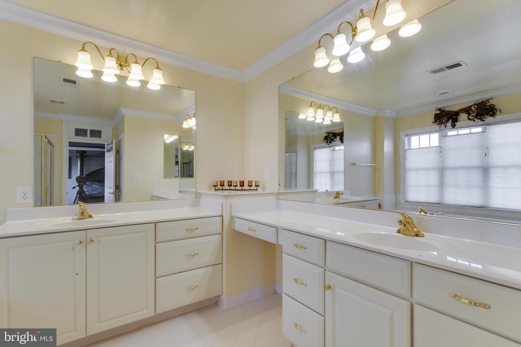 Double vanity in master bath - 18605 KERILL RD, TRIANGLE