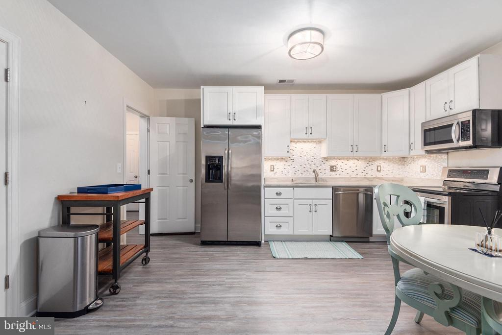 Full wet bar perfect for entertaining or guests - 409 N FREDERICK ST, ARLINGTON