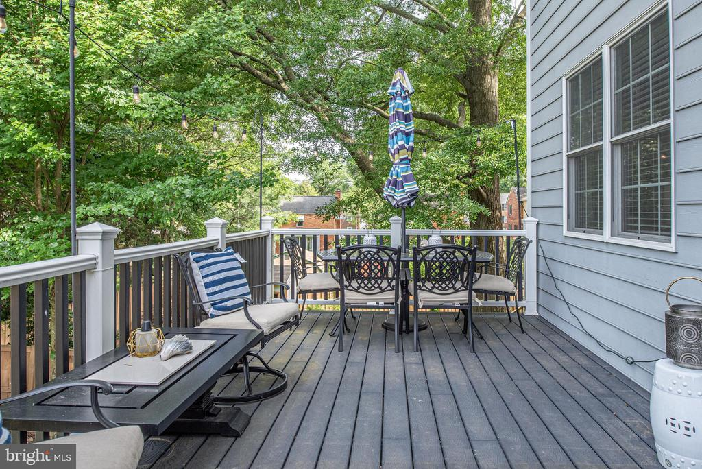 Shady and private deck space with cool breezes - 409 N FREDERICK ST, ARLINGTON