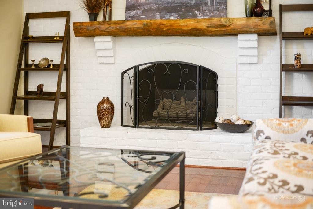 Cozy gas fireplace - 7306 COVENTRY DR, MIDDLETOWN