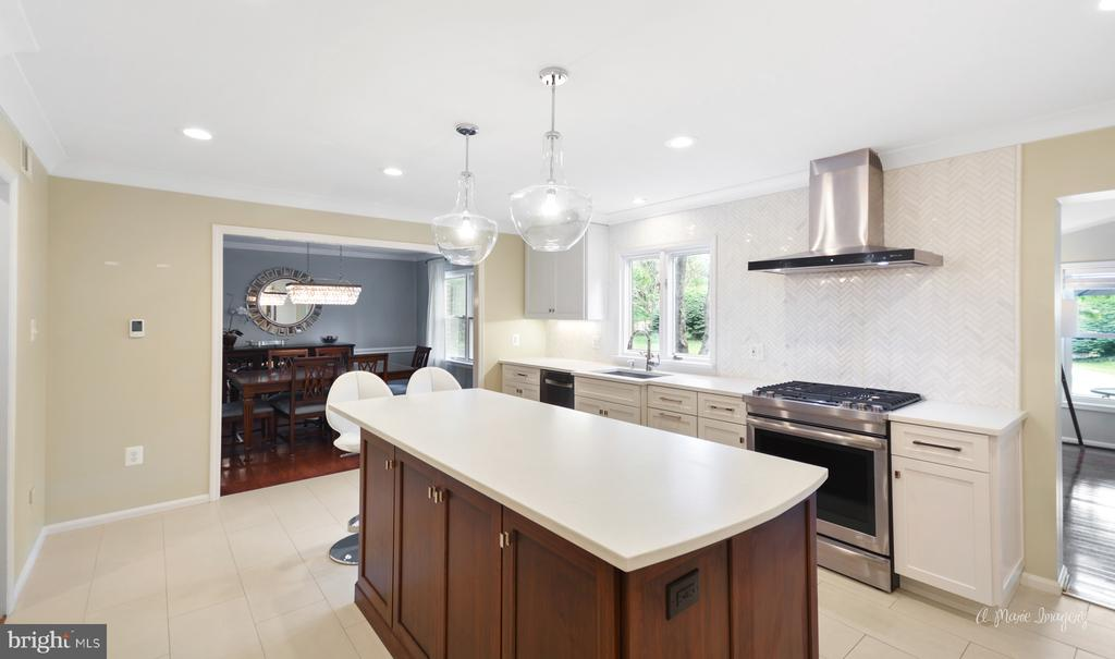 High end kitchen reno with Ceasar Stone Quartz - 7306 COVENTRY DR, MIDDLETOWN