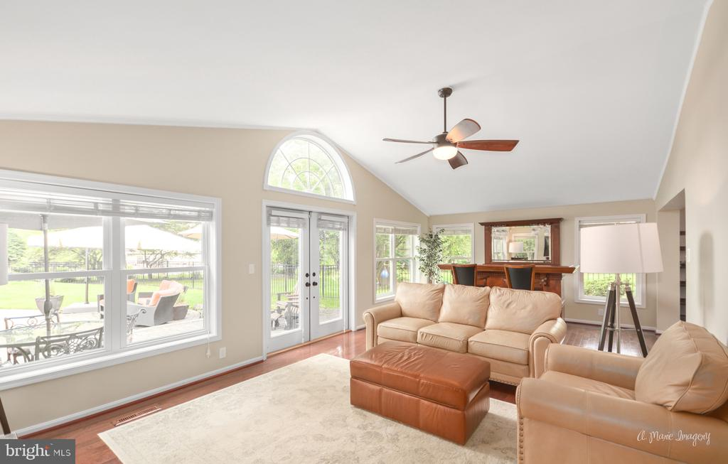 Bright family room opens to patio and pool - 7306 COVENTRY DR, MIDDLETOWN