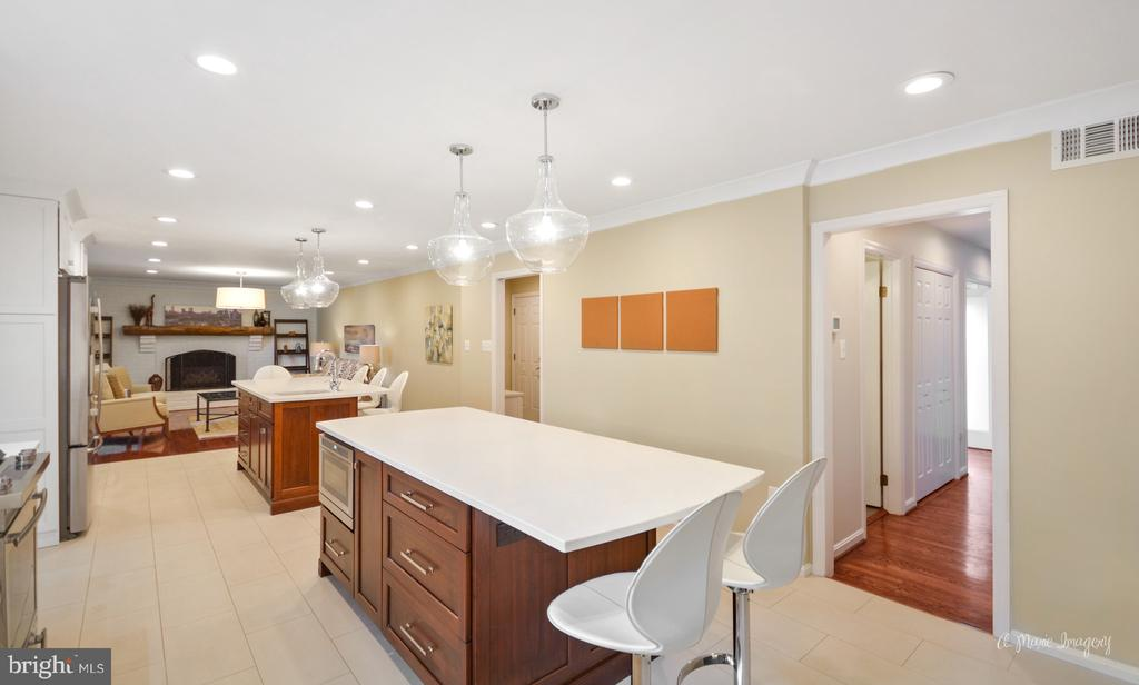 Dual islands for maximum seating and food prep - 7306 COVENTRY DR, MIDDLETOWN
