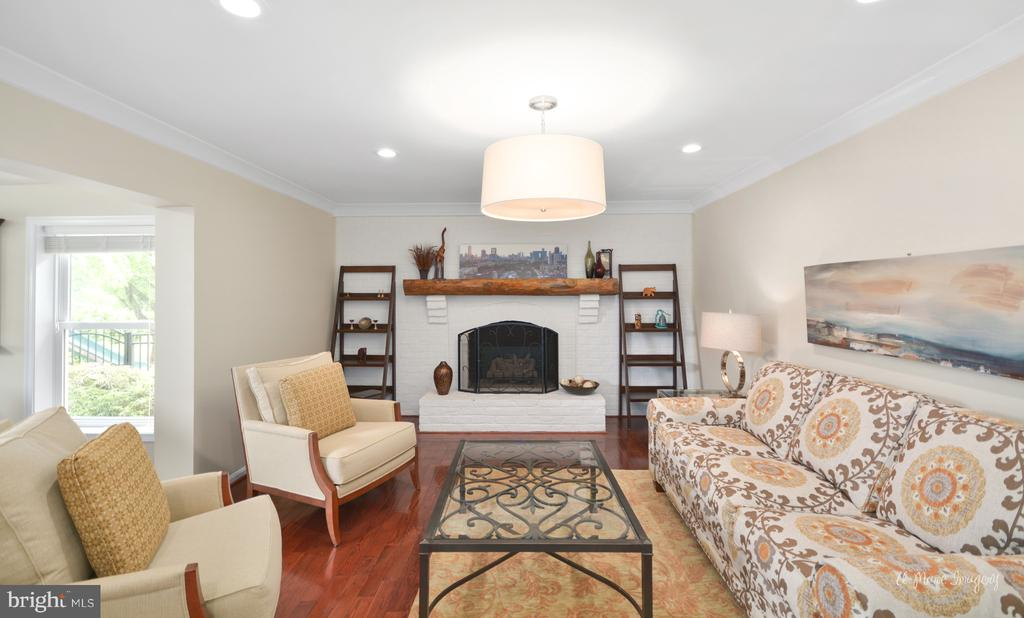 Brick fireplace with gas insert - 7306 COVENTRY DR, MIDDLETOWN