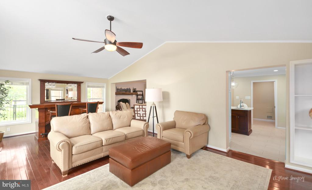 Family room off kitchen, perfect for entertaining - 7306 COVENTRY DR, MIDDLETOWN