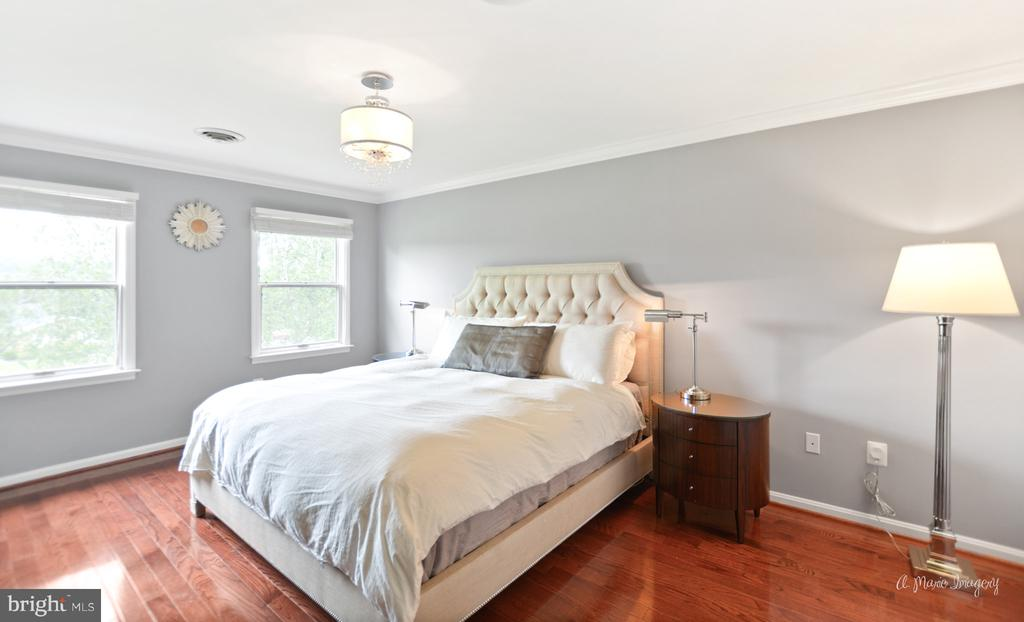 Master suite with newer wood floors - 7306 COVENTRY DR, MIDDLETOWN
