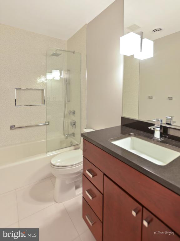 Upper level hall bath reno - 7306 COVENTRY DR, MIDDLETOWN