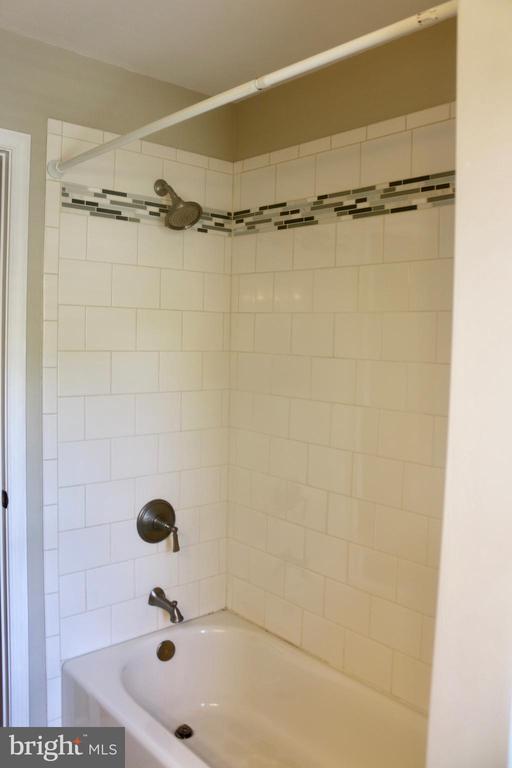 Full Bath Main Level - 4 JAMESTOWN CT, STAFFORD