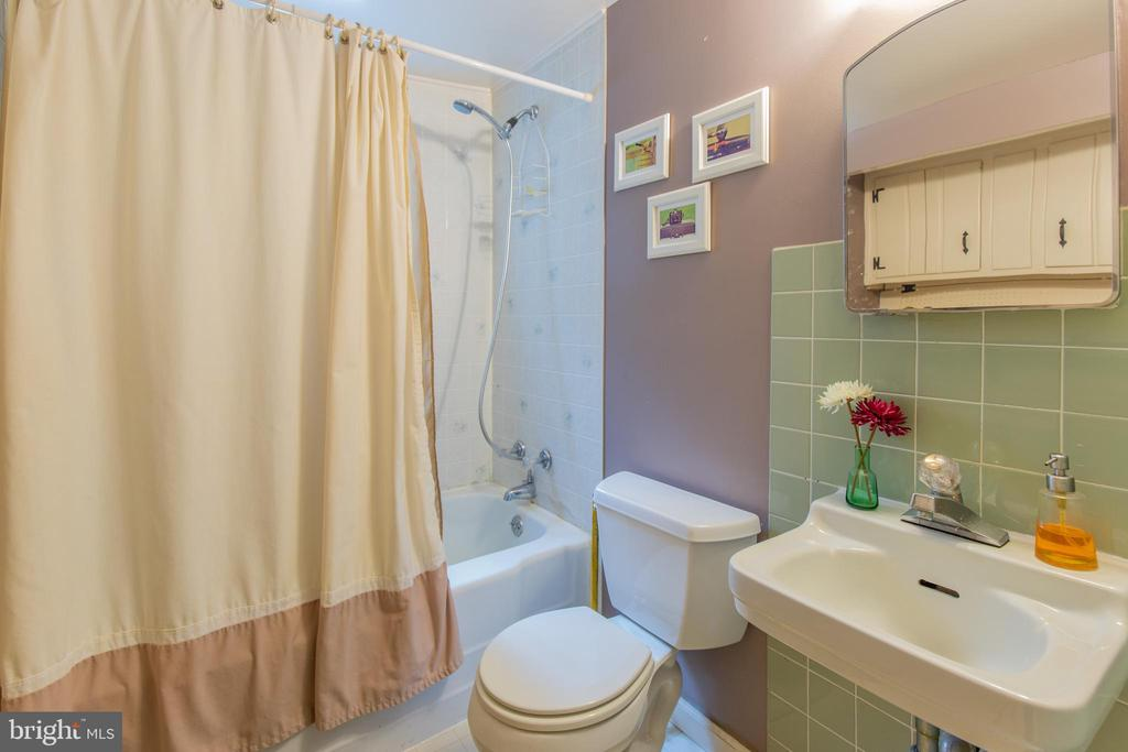 Pine Suite Full Bathroom - 13826-13832 CASTLE CLIFF WAY, SILVER SPRING