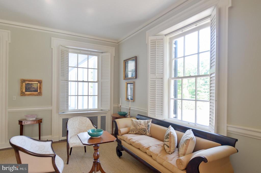 Living room vignette - 8362 HOLTZCLAW RD, WARRENTON