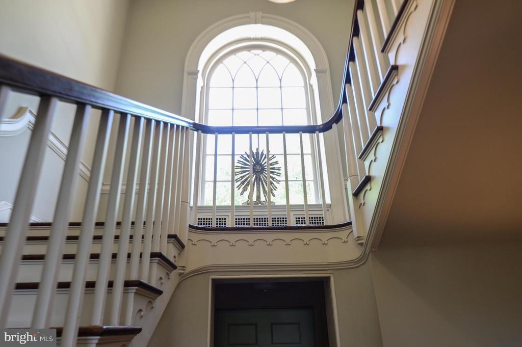 Foyer with arched window - 8362 HOLTZCLAW RD, WARRENTON