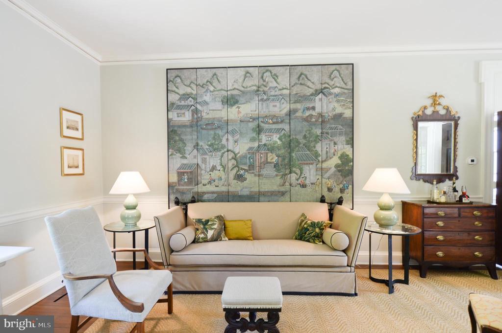 Living room detail - 8362 HOLTZCLAW RD, WARRENTON