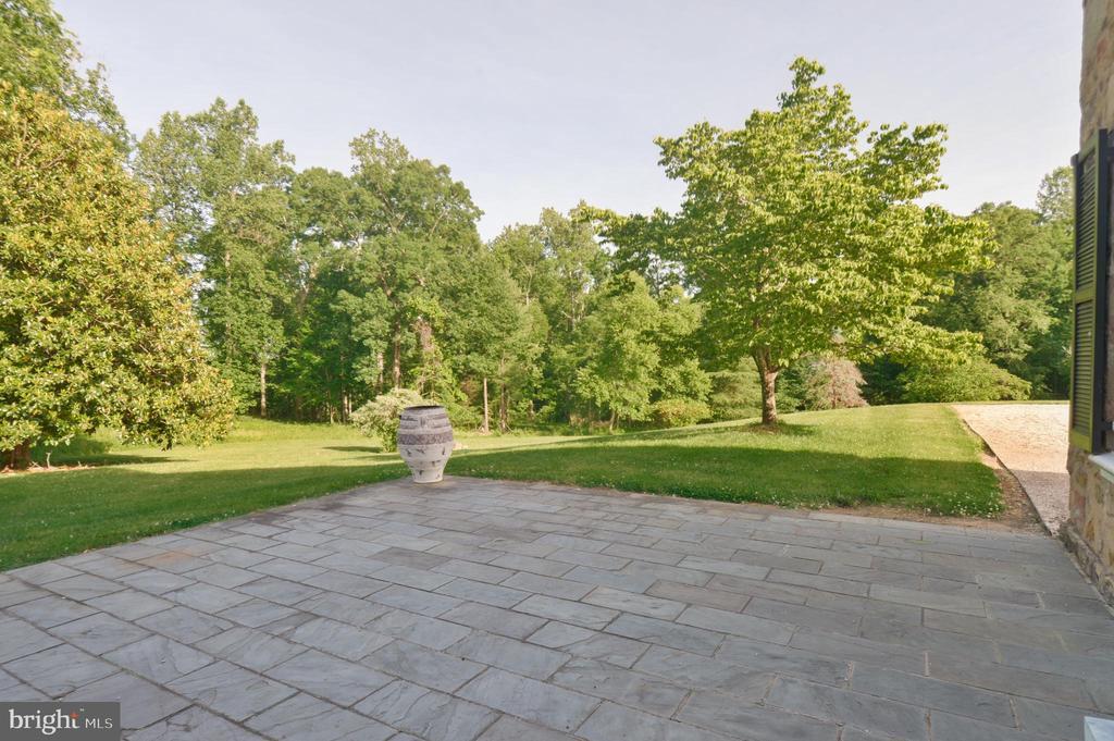 Stone courtyard adjacent to kitchen - 8362 HOLTZCLAW RD, WARRENTON
