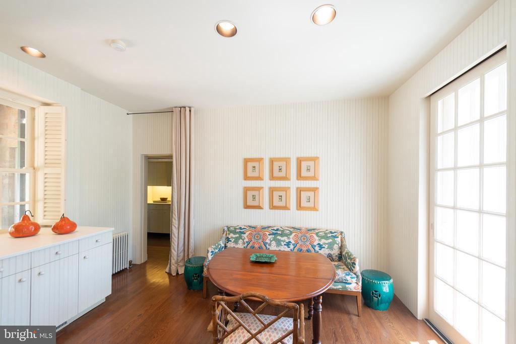 Large, bright kitchen - 8362 HOLTZCLAW RD, WARRENTON