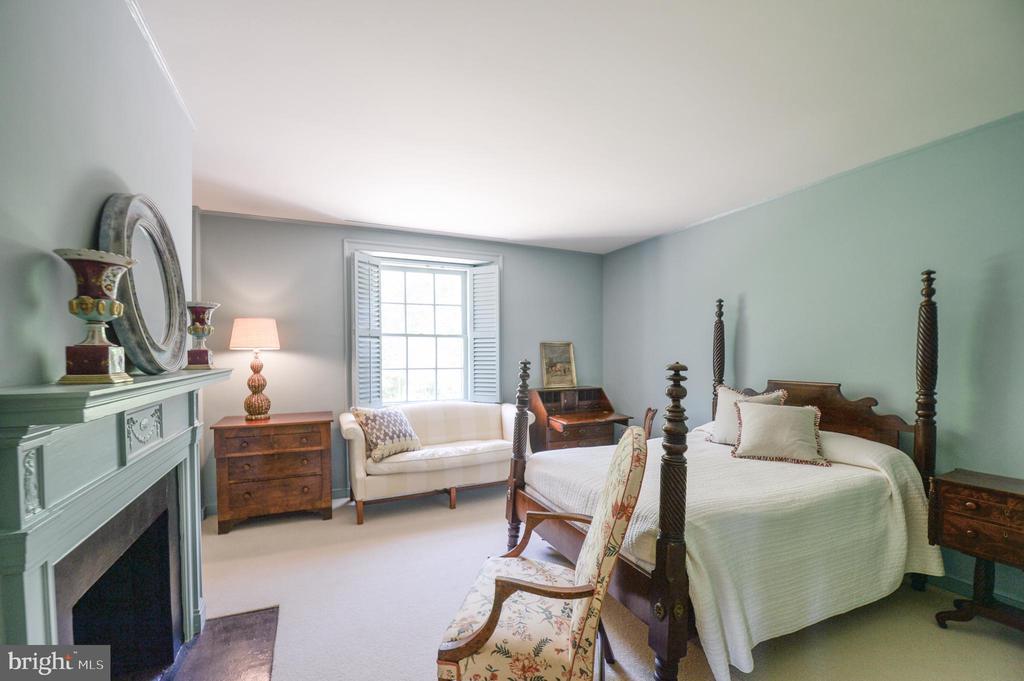 Second floor bedroom with en suite bathroom - 8362 HOLTZCLAW RD, WARRENTON