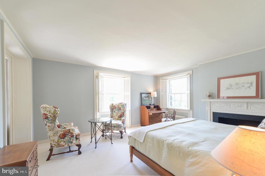 Second floor 4th bedroom with en suite bathroom - 8362 HOLTZCLAW RD, WARRENTON
